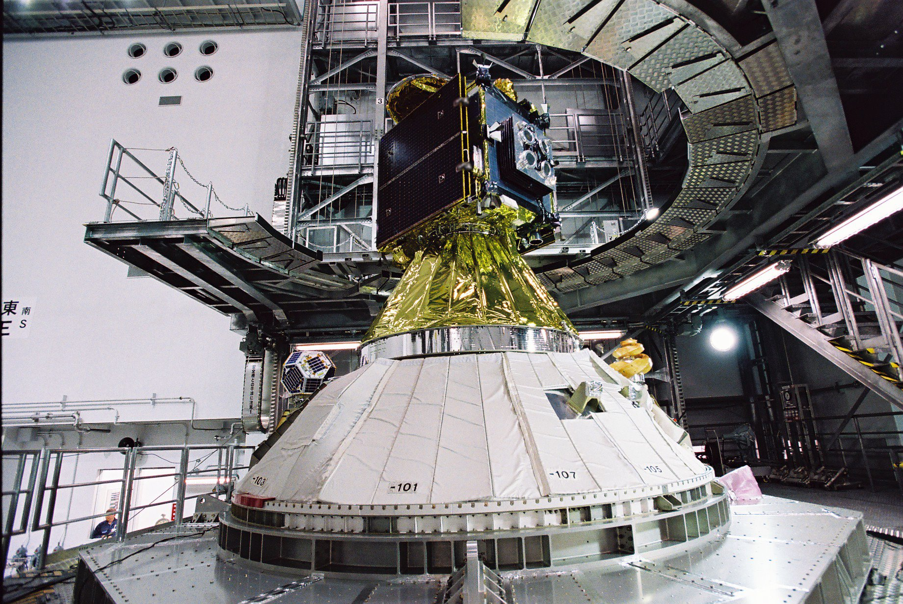 Hayabusa2 space probe (top), Shin-en2 (on the left) and ARTSAT2:DESPATCH (on the right)